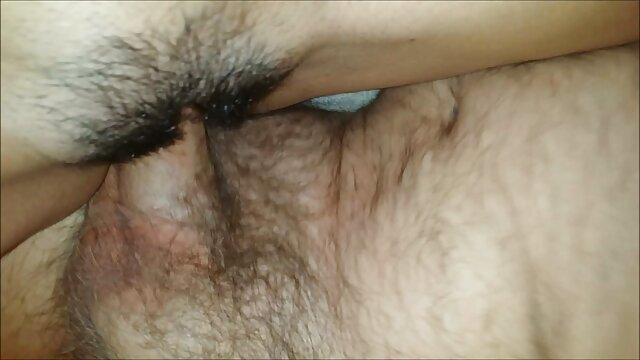 Jolie anal tube movie blonde chevauche une bite en caoutchouc