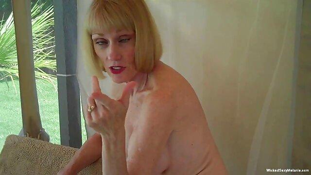 Le fainéant de bureau le plus ordinaire, ayant attrapé une fille aux gros seins près du copieur, serre d'abord très sans cérémonie le bébé petite sex movie pour ses promenades alléchantes, après quoi, la baise dans sa bouche et anal serré